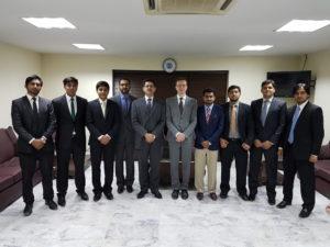Professor Schmolke (Bildmitte) und Professor Syed Imad-du-Din Asad, Dekan der SLP (links neben Prof. Schmolke) im Kreise der Kursteilnehmer.